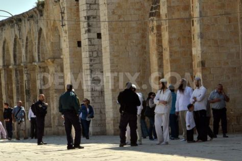 Jews storm al Aqsa Mosque with police escort