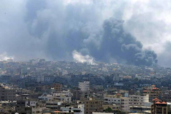 Gaza - 20 July thick smoke from al-Shejaya Gaza City