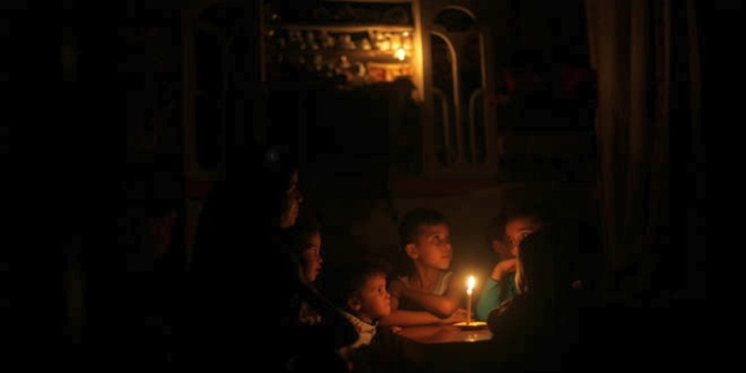 Gaza - no electricity family in candelight