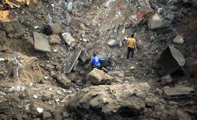 Gaza survivors search for injured in rubble 2014 MEMO/APA images