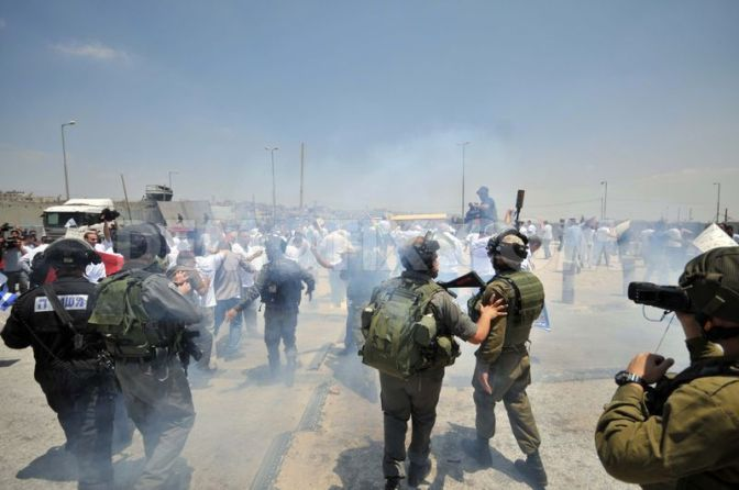 Israeli troops, Palestinians Clash Near Qalandia Checkpoint